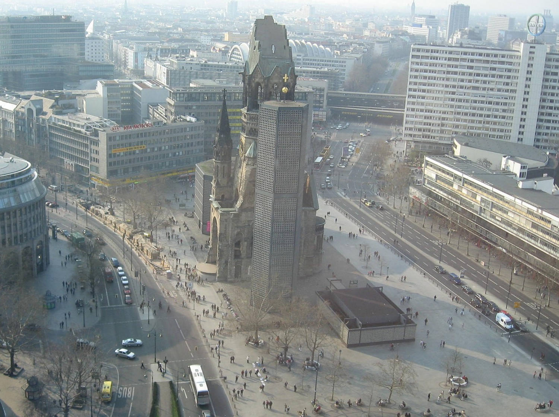 Berlin: Die Kaiser-Wilhelm-Gedächtniskirche vom Europa-Center aus