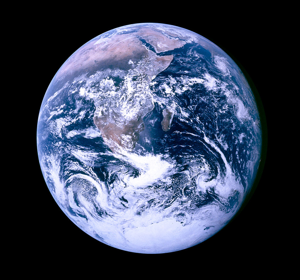 """Blue Marble"", die während des Fluges von Apollo 17 zum Mond am 7. Dezember 1972 entstandene Fotoaufnahme von der Erde (in der zur besseren Wiedererkennbarkeit um 180 Grad gedrehten Version). Quelle: NASA/Apollo 17 crew; taken by either Harrison Schmitt or Ron Evans  http://commons.wikimedia.org/wiki/File:The_Earth_seen_from_Apollo_17.jpg  This file is in the public domain because it was solely created by NASA. NASA copyright policy states that ""NASA material is not protected by copyright unless noted""."