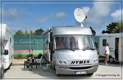 Hymermobil auf einem Stellplatz in der Bretagne