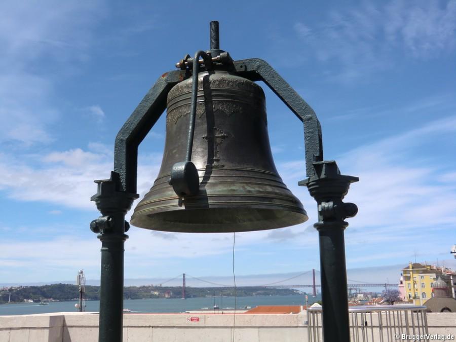 Glocke auf dem  Triumphbogen Arco da Rua Augusta in Lissabon Portugal