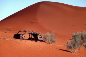 Südafrika Kalahari - Autowrack an Düne