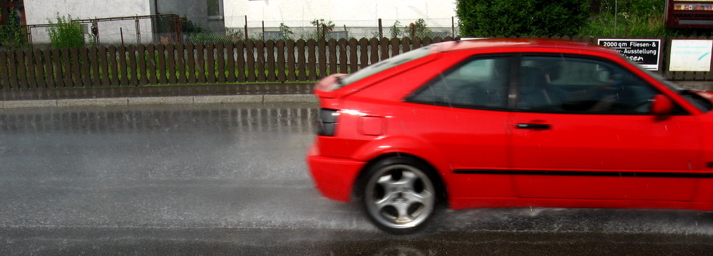 rotes Auto im Regen