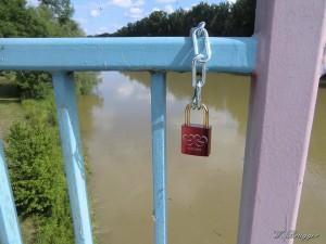 Singuläres Liebesschloss an der Auwaldbrücke über die Donau bei Lauingen