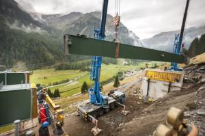 Alpine Maßarbeit: Das Einsetzen der langen Stahlteile für die Brücken mittels Riesenkran braucht viel Fingerspitzengefühl. Foto: www.martinlugger.com
