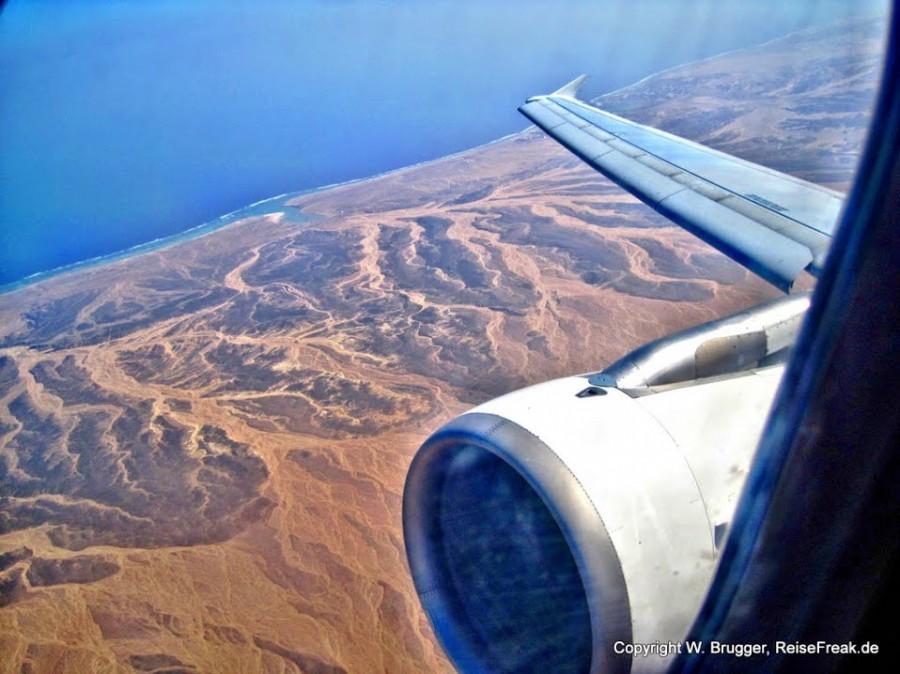 Zwei Wüsten treffen in Ägypten aufeinander: Sandwüste auf Rotes Meer