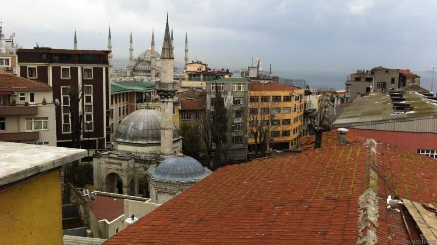 Exklusiver Blick von der Dachterrasse unseres Hotels: im Hintergrund die Blaue Moschee Copyright: Jenny von http://www.weltwunderer.de/