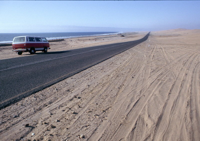 Namibia Swakopmund Teerstraße zwischen Wüste u. Meer VW-Bus