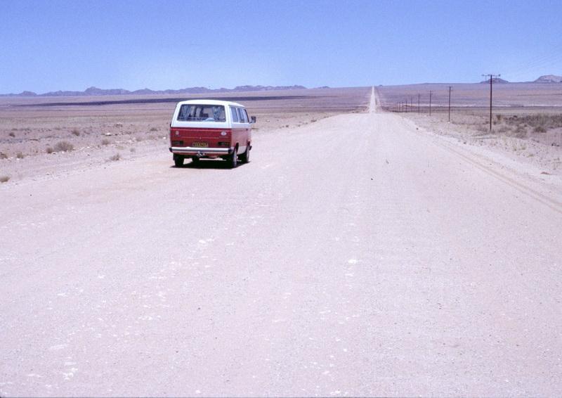 Namibia VW-Bus Weite mit Brukkaros-Krater im Hintergrund