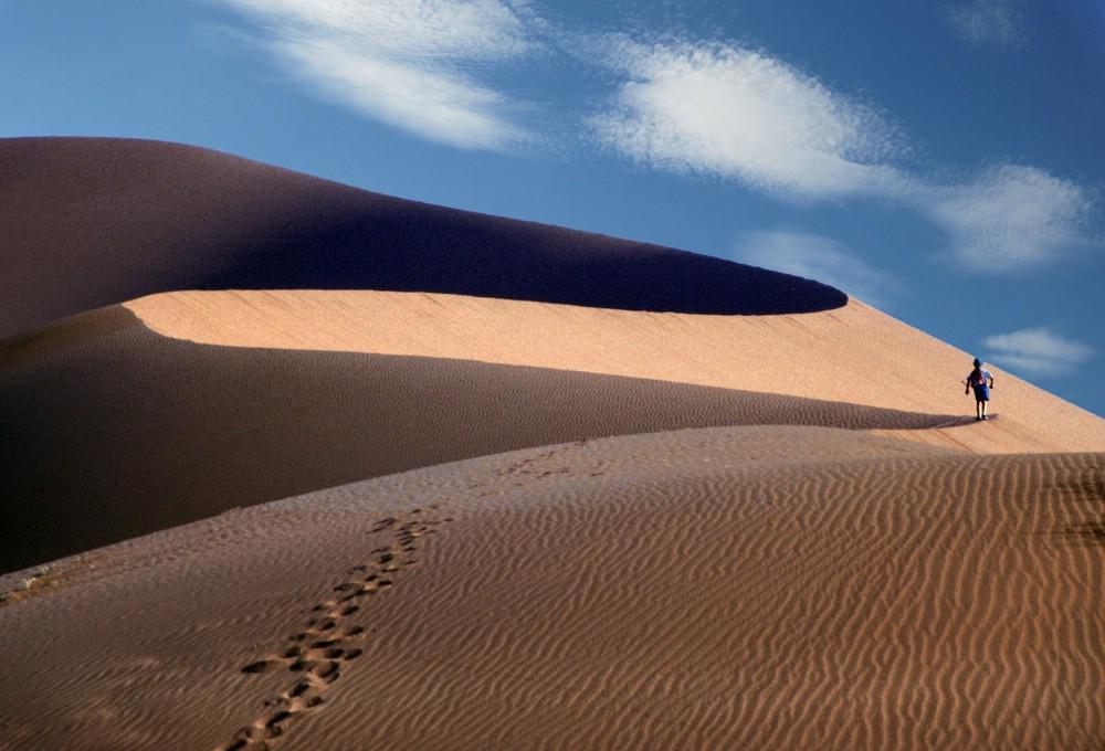 verkleinert-Namibia Sossusvlei Moses (klein,Rückenansicht)  mit Himmel Düne