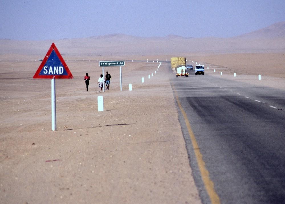 verkleinert-Namibia Swakopmund Teerstraße Sand-Schild