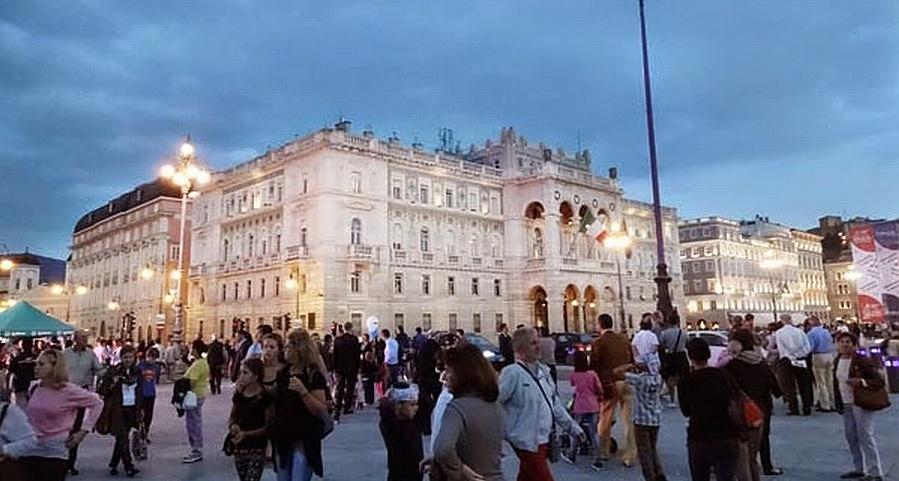 Triest: Der Palazzo während der Barcolana am Abend Bild Copyright Ulli vom Blog http://smutje-rosa.blogspot.de/