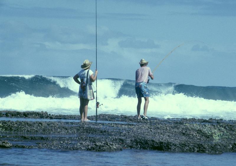 Südafrika Sodwana Bay 2 Angler in der Brandung