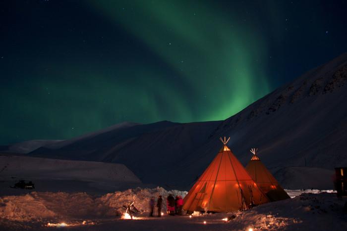 Nordlicht über Longyearbyen, SpitzbergenFotograf / Quelle  Marcela Cardenas / www.nordnorge.com  Creative Commons Zuschreibung