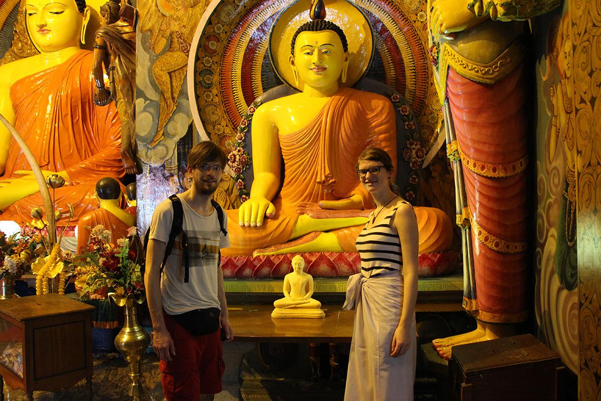 Francis und Bina vor einem Buddha in Colombo, Sri Lanka. Copyright http://my-road.de/