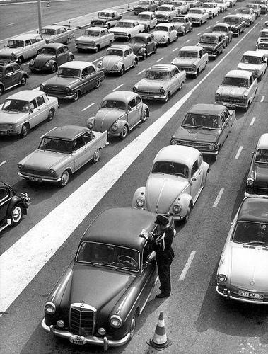Kontrolle auf der Autobahn: Paasdrukte: files bij de grens / Easter holidays: traffic jam by Nationaal Archief