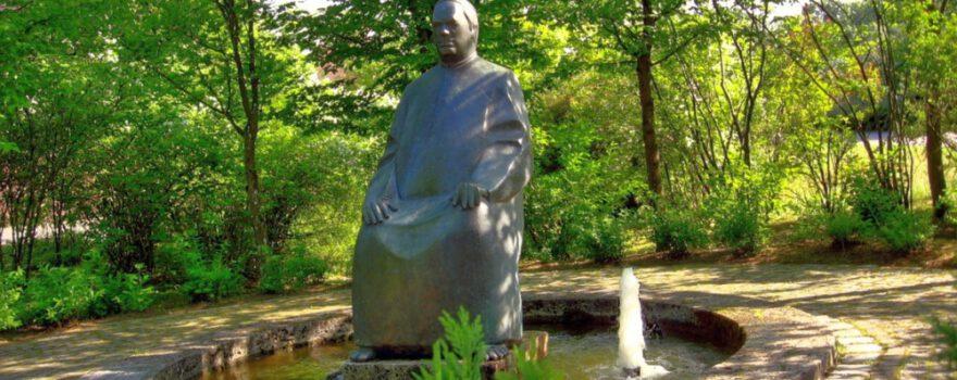 Sebastian Kneipp Statue vor Staustufe Dillingen