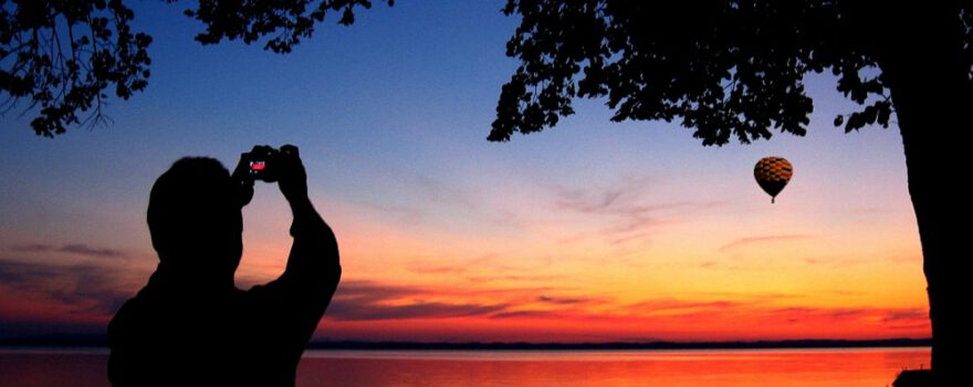 Mann fotografiert Sonnenuntergang mit Ballon Chiemsee img_1706